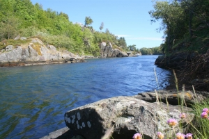 Sieht aus wie ein Fluss - hübsch gelegen und mit starker Strömung. Ist aber eine Meerenge voller Fisch!