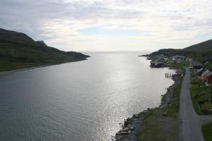 Richtung Westen erreicht man vom Ufer auf der Inselseite bequem den Sandgrund mit den Plattfischen